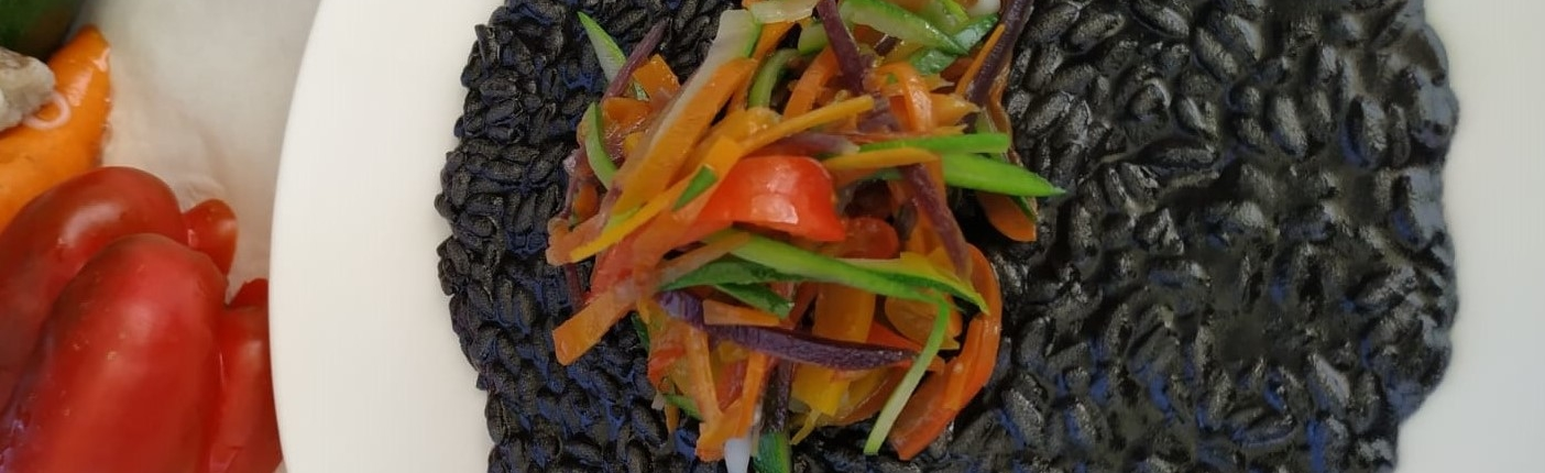 Risotto al nero di seppia con julienne di verdurine